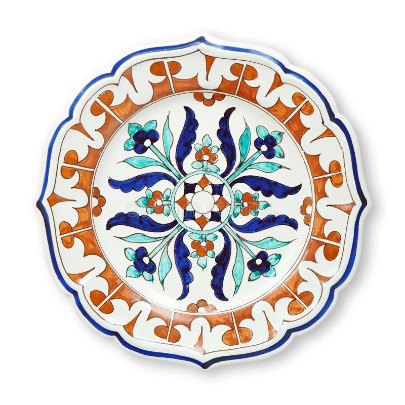 Dekorative Platten der Keramik, islamische Platte mit dem Mandalamuster, Ansicht von oben lokalisiert auf weißem Hintergrund mit  stockfoto