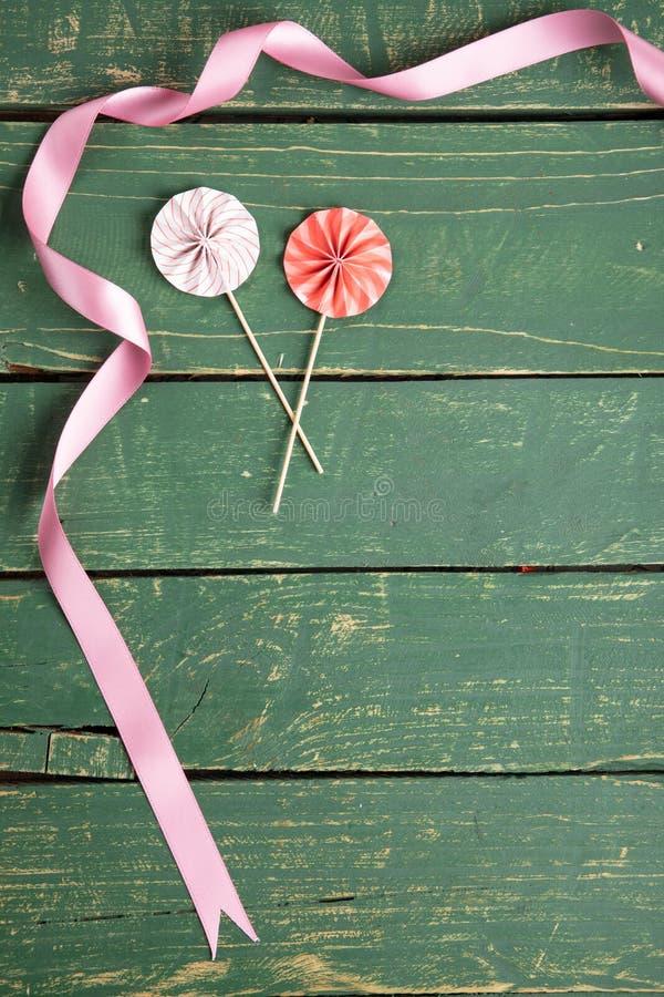 Dekorative Regenschirme mit Bändern lizenzfreies stockbild