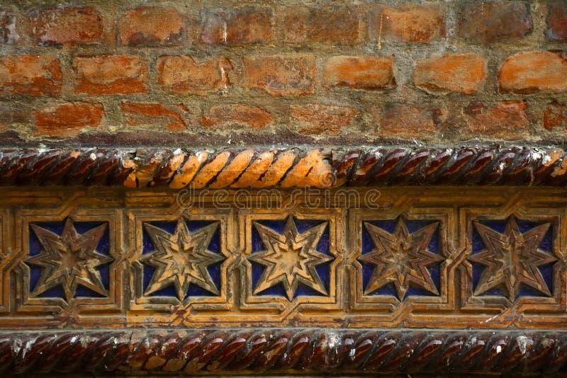 Dekorative Reihe der blauen glasig-glänzenden Fliese auf einer alten Backsteinmauer einer Synagoge, hebräischer Tempel stockfotografie