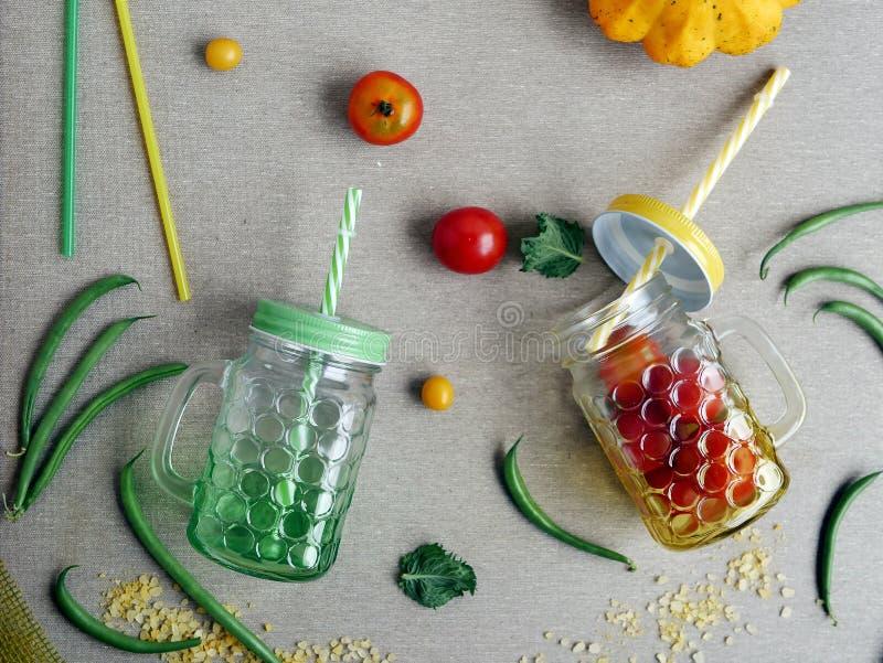 Dekorative Saisonzusammensetzung von Tomaten- und Spargelbohnen lizenzfreie stockfotos