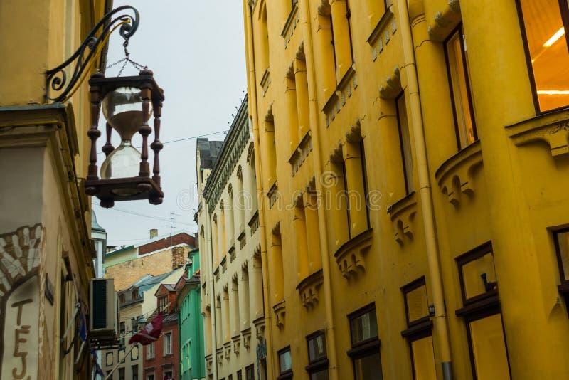 Dekorative Sanduhr in alter Riga-Stadt, Lettland Riga ist die Haupt- und größte Stadt von Lettland, ein hauptsächliches Handels,  lizenzfreies stockfoto