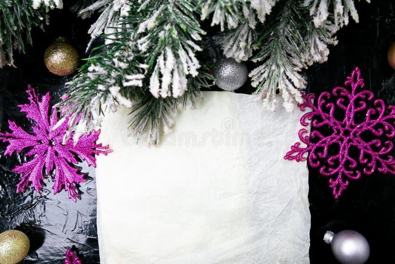 Dekorative Schneeflocke weiß und rosa auf schwarzem Hintergrund Weihnachtsmann auf einem Schlitten Kopieren Sie Platz Beschneidun lizenzfreie stockfotografie