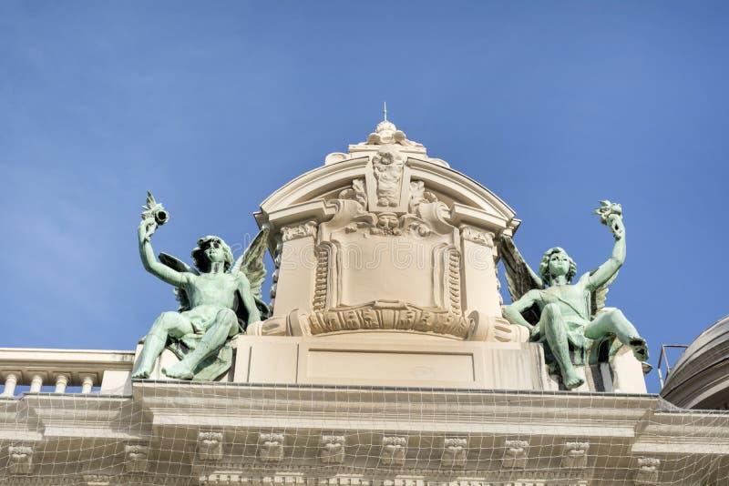 Dekorative Statuen auf dem Dach von Monte Carlo Casino stockfotografie