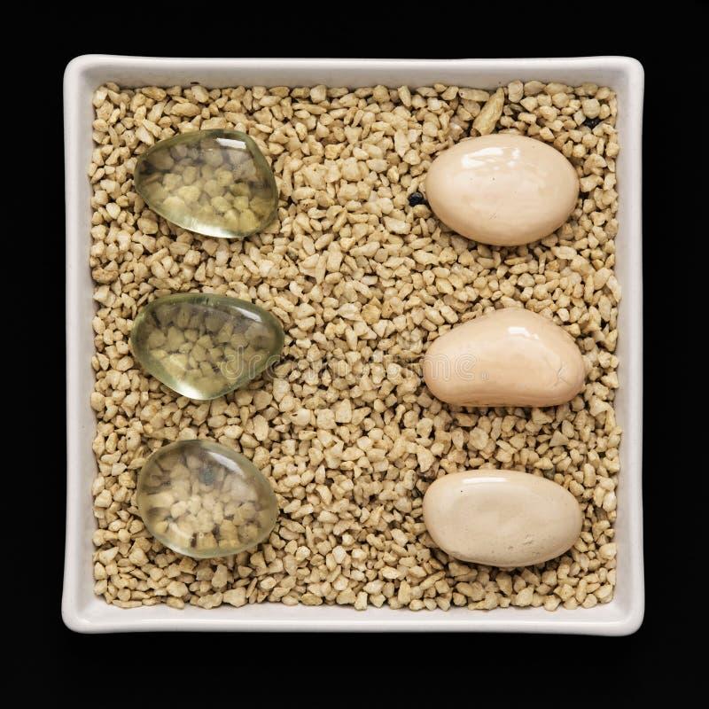 Dekorative Steine in einer weißen Schüssel lizenzfreies stockfoto