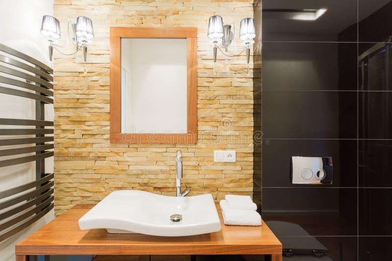 Hölzernes Modernes Badezimmer Der Wiedergabe 3d Mit Fenster ...