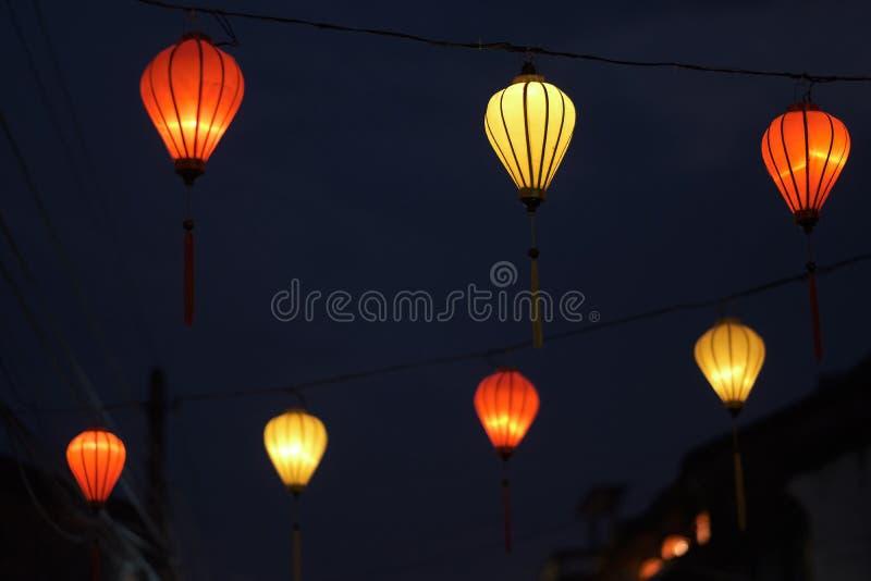 Dekorative Straßenbeleuchtung der Nachtstadt stockfotografie