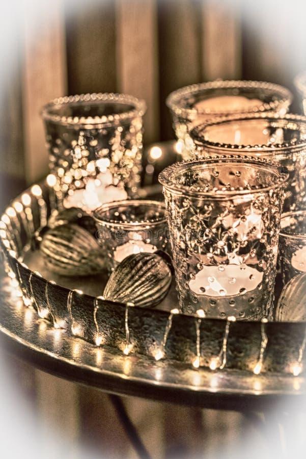 Dekorative und festliche Weihnachtsfeiertagsanordnung mit Gläsern und Kerzen und sortierte dekorative Artikel nachts lizenzfreie stockfotos