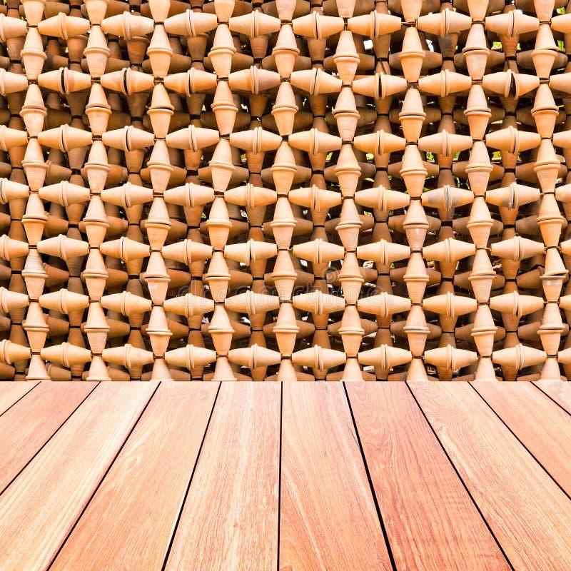 Dekorative Wand von Tonwarentöpfen mit Plankenholzfußboden lizenzfreie stockfotos