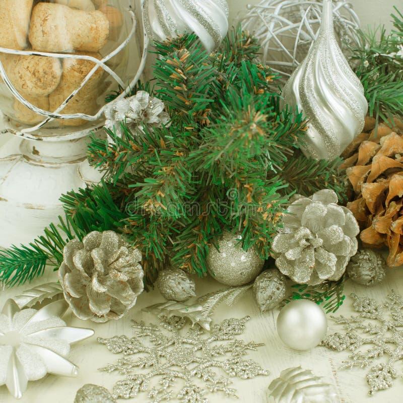 Dekorative Weihnachtszusammensetzung mit traditionellen Elementen des Feiertags lizenzfreie stockfotos