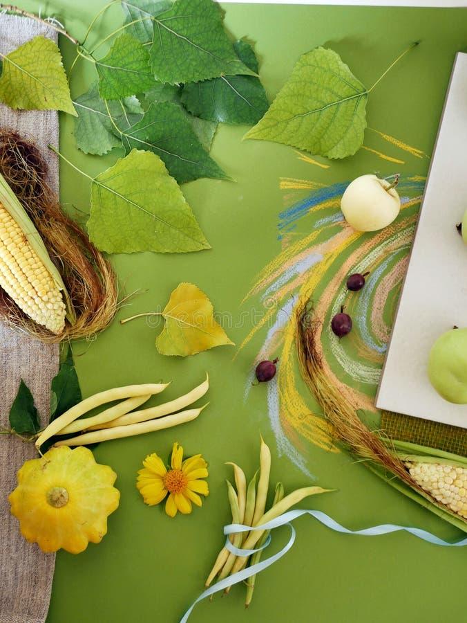 Dekorative Zusammensetzung des Gemüses, Früchte, Blätter auf Segeltuch, weiße Fliesen lizenzfreie stockfotografie