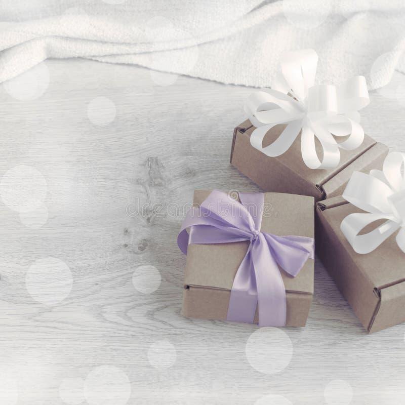 Dekorative Zusammensetzung im Retrostilsatz Kästen mit Geschenken stockfotografie