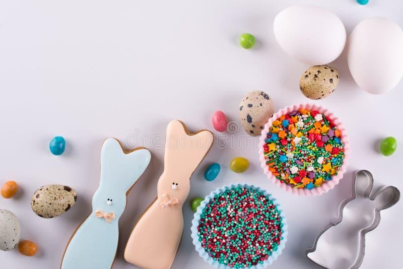 Dekorative Zusammensetzung Ostern-Frühlinges Herstellung von selbst gemachten Zuckerplätzchen Keks in Form eines lustigen Kaninch stockfotos