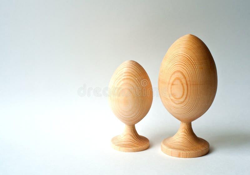 Dekorative zwei h?lzerne Eier auf wei?em Hintergrund, Ostern-Entwurf, Kopienraum stockfotografie