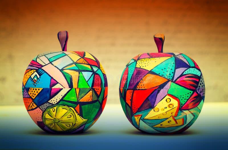 Dekorativer Apfel, gemacht vom Holz und von gemalten eigenhändig Farben lizenzfreies stockbild