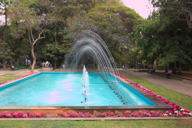 Dekorativer Brunnen mit Jets des funkelnden Wassers stockbild