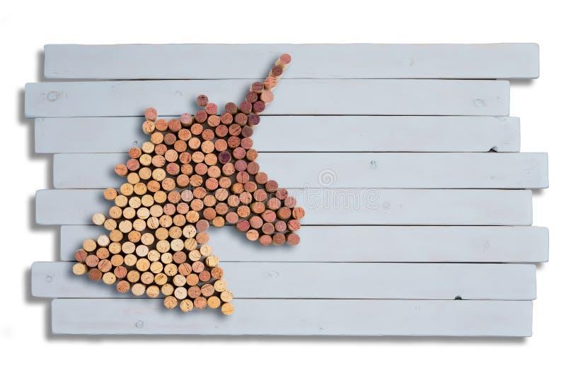 Dekorativer Einhornkopf gebildet von benutzten Korken lizenzfreie stockbilder