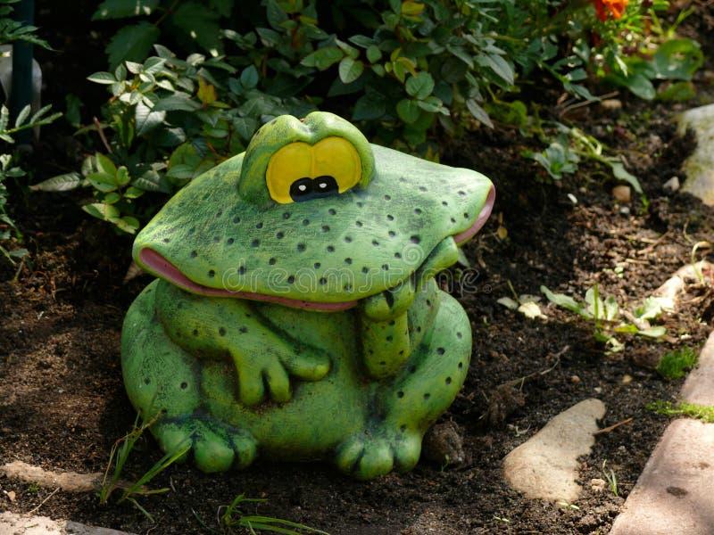 Dekorativer Frosch im Garten Nahaufnahme stockfotografie