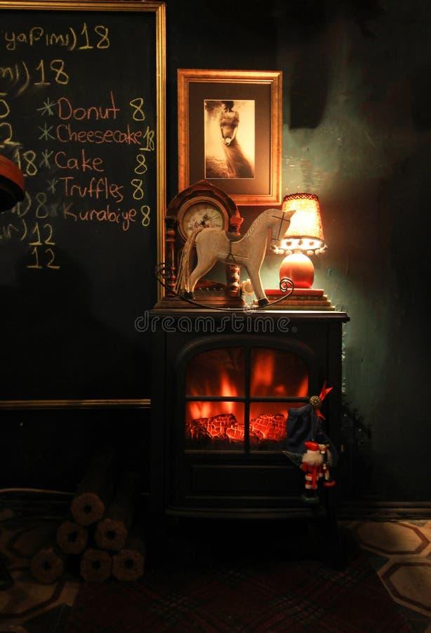 Dekorativer Kamin in der Kaffeestube, rote glühende Flamme stockfotos