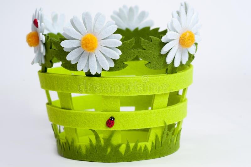 Dekorativer Korb der Blumen lizenzfreie stockbilder