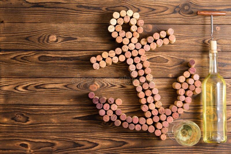 Dekorativer Schiffsanker hergestellt von den Weinflaschenkorken lizenzfreies stockbild