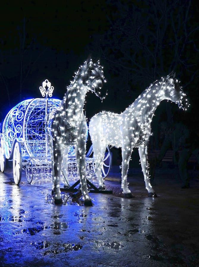 Dekorativer Wagen mit den Pferden verziert mit Lichtern lizenzfreie stockfotos