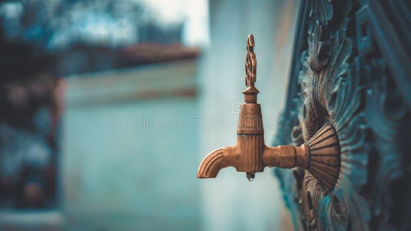 Dekorativer Weinlese-Metallhahn im Freien lizenzfreie stockfotografie