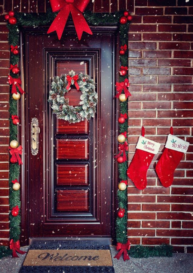 Dekorativer Wreath Weihnachtshaustür stockfotografie