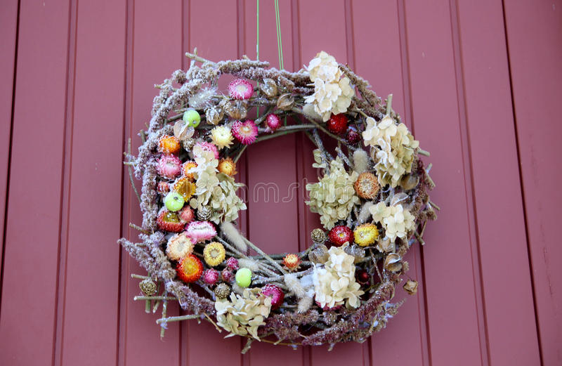 Dekorativer Wreath Weihnachtshaustür stockfotos