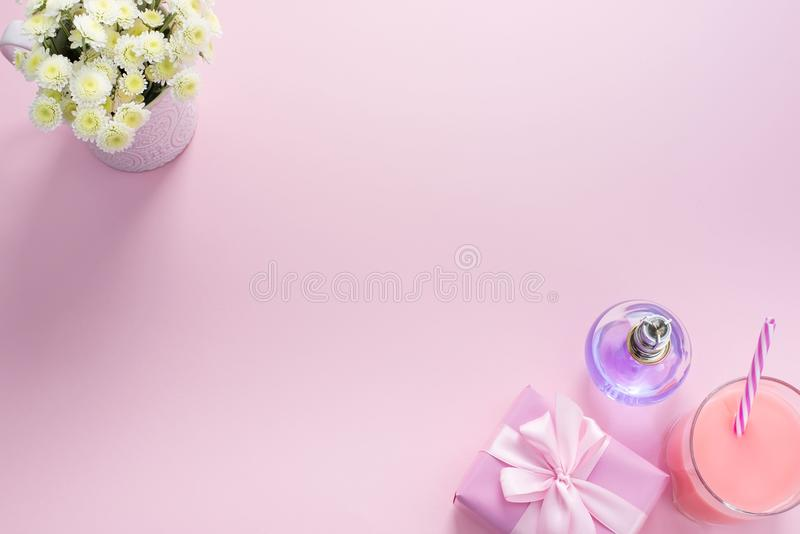 Dekorativer Zusammensetzungsebenen-Lagesatz Einzelteile blüht Draufsicht-Kopienraum des Parfümcocktailgeschenks lizenzfreie stockbilder