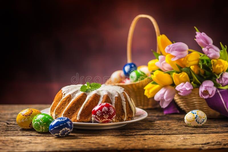 Dekoratives Brot der Tradition Traditioneller Ringmarmorkuchen mit Ostern-Dekoration lizenzfreie stockfotografie