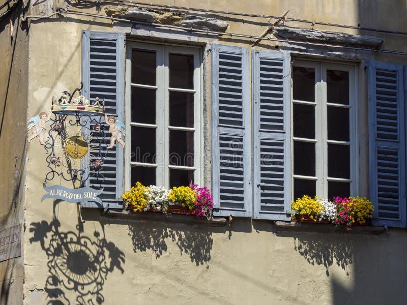 Dekoratives Fenster einer historischen Wohnung Ansichten der Stra?en der alten Stadt Altes Metallschild und Fenster mit Blumen stockbilder