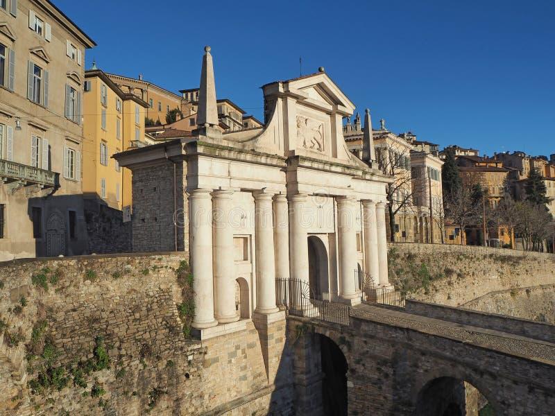 Dekoratives Fenster einer historischen Wohnung Die alte Stadt Landschaft am alten Tor Porta San Giacomo und die venetianischen Wä lizenzfreie stockfotos