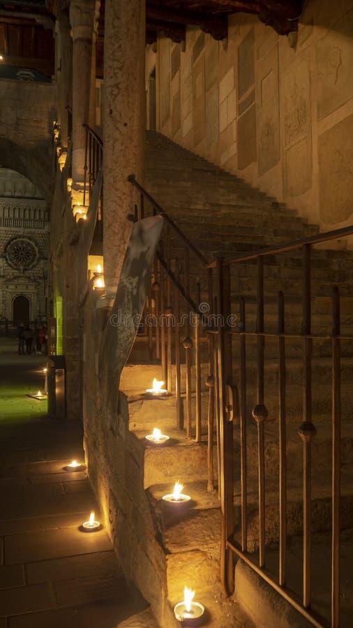 Dekoratives Fenster einer historischen Wohnung Die alte Stadt Die Treppe zum alten Gebäude belichtet durch Kerzen, ohne allgemein lizenzfreies stockfoto