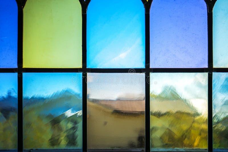 Dekoratives Fenster mit verschiedenem farbigem Rechteckbuntglas lizenzfreie stockfotos