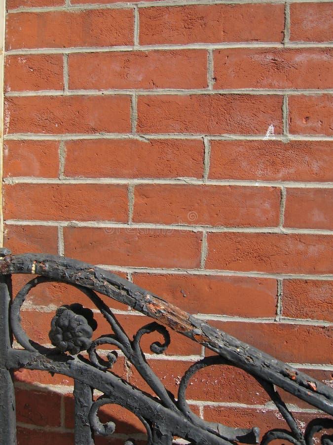 Dekoratives Geländer, Backsteinmauer stockfoto