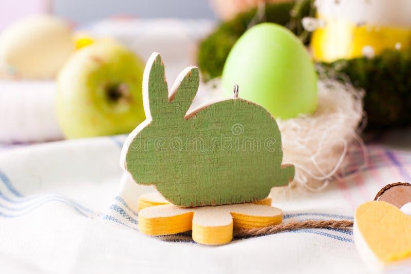 Dekoratives hölzernes Kaninchen - Elemente der festlichen Tabelle Ostern, Wahl der Umhüllung stockfotografie