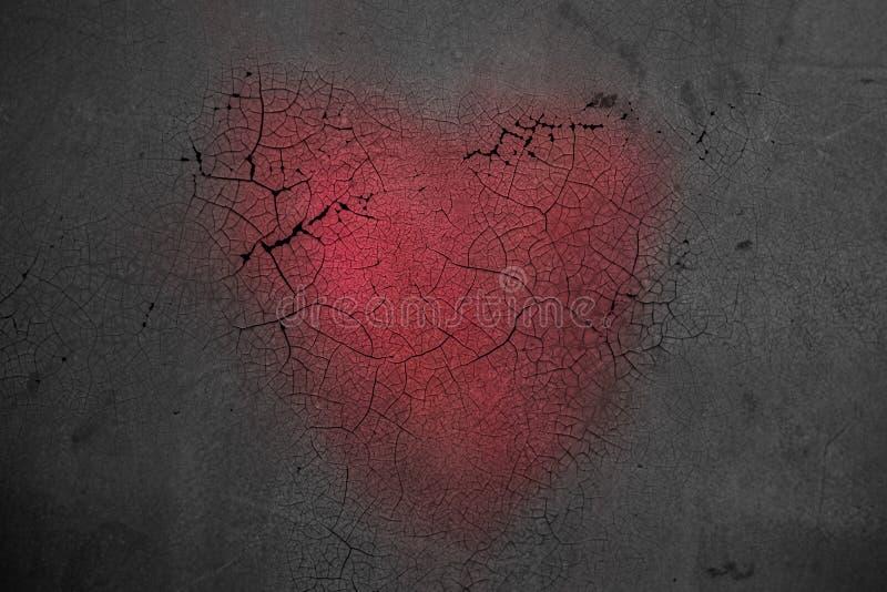 Dekoratives Herz auf dunklem hölzernem Hintergrund mit hellem weißem Licht vom Fenster Das Konzept der verblassenden Liebe Das En lizenzfreie stockfotografie