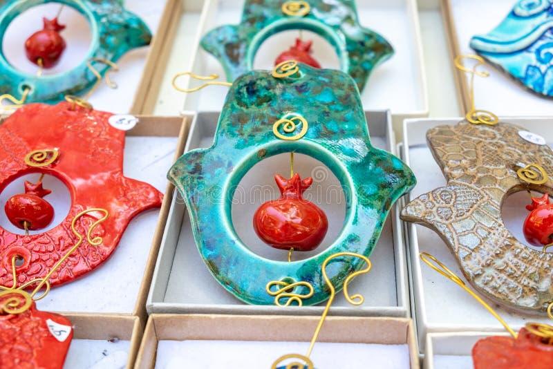 Dekoratives keramisches khamsah mit Granatapfel für Verkauf am Handwerksmarkt stockbild
