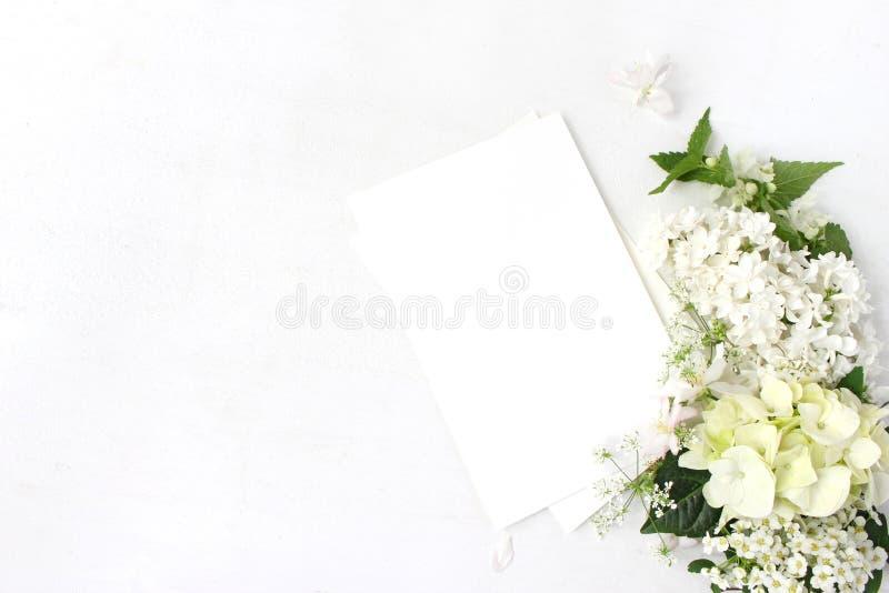 Dekoratives Modell, Blumenzusammensetzung Wilder Hochzeits- oder Geburtstagsblumenstrauß der blühenden weißen Nessel, Flieder, Ap lizenzfreies stockbild