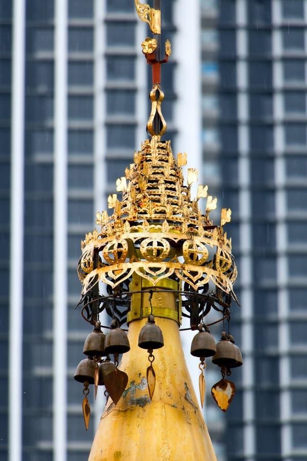 Dekorativt guld- torn i en buddistisk kloster royaltyfria bilder