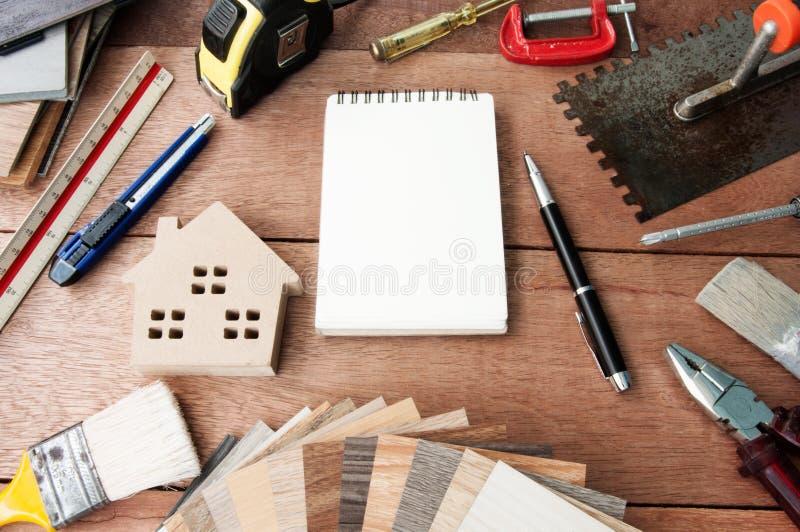Dekorativt hus, målarpenslar, inredesign Materiell design Laminat parkett, vinyl, trätexturgolvmaterial royaltyfria bilder