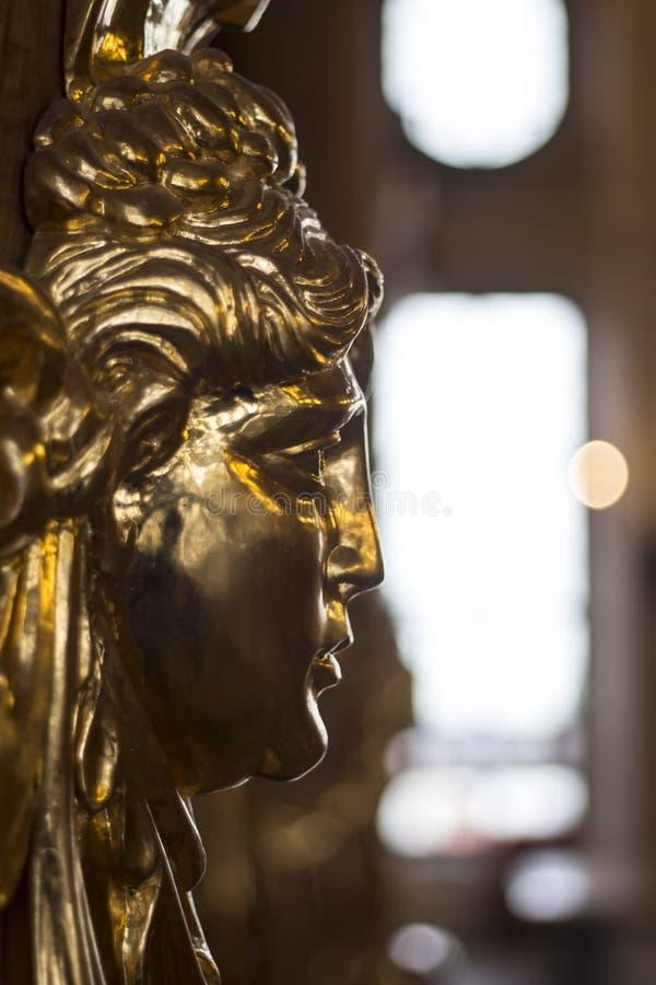 Dekorativt huvud för guld- freskomålning på en vägg i ett nobelt rum fotografering för bildbyråer