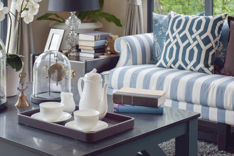 Dekorativt magasin av tekoppen på trätabellen i lyxig vardagsrum arkivfoton