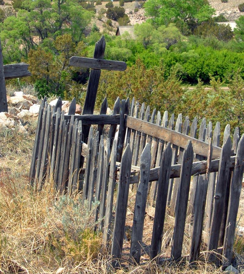 Dekorativt men gammalt staket på kyrkogården arkivbild