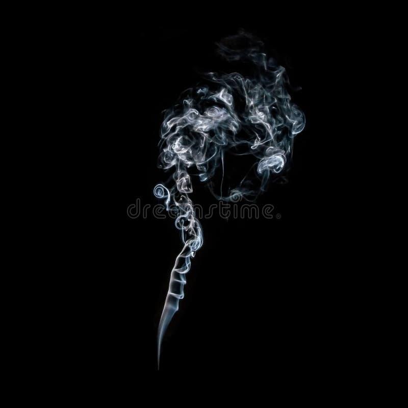 Dekorativt och magiskt vitt genomskinligt flöda för rök som är elegant i en virvlande runt mjuk rörelse som isoleras på svart bak arkivbild