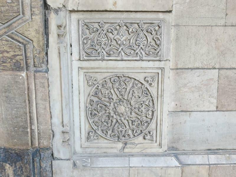 Dekorativt snida i moskén av sultan hassan i cairo, Egypten royaltyfria foton