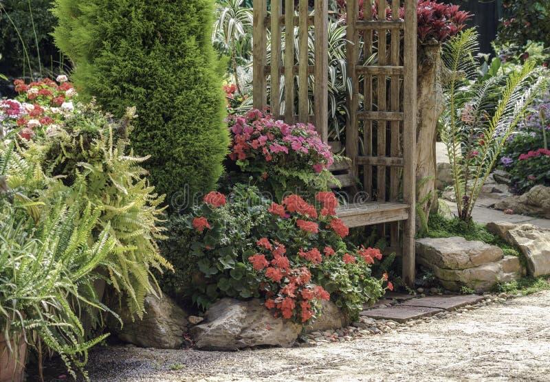 Dekorbänk i trädgård royaltyfria bilder