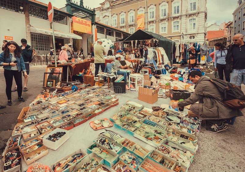 Dekorelemente, Modematerial und Weinlesehandel für Verkauf auf Flohmarkt im Freien mit jungen Besuchern stockfotografie