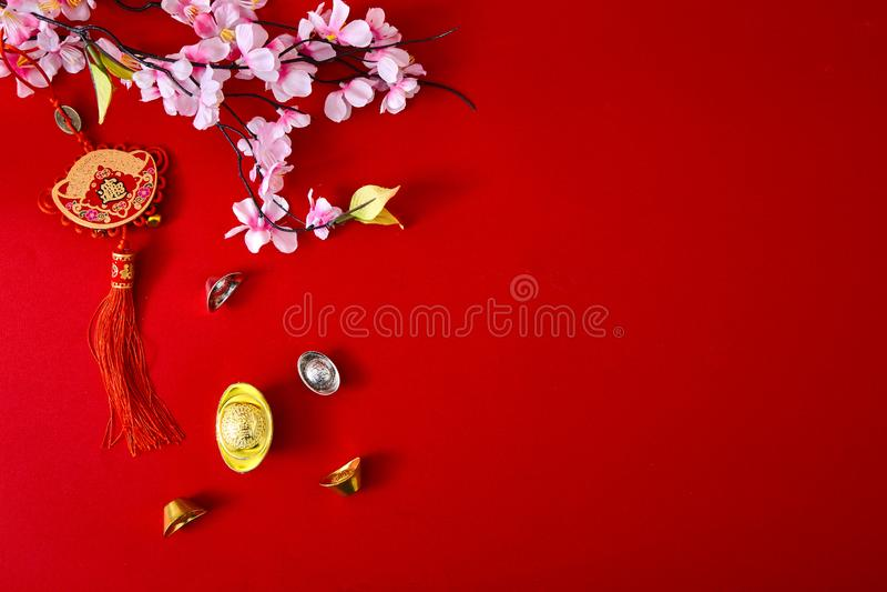 Dekorera det kinesiska nya året 2019 på en röd bakgrund (kinesiska tecken Fu i artikeln se till bra lycka, rikedom, pengarflöde royaltyfria bilder