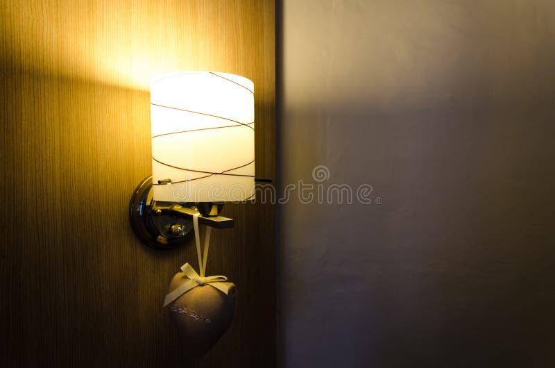 Dekorera lampan på den wood väggen arkivfoto